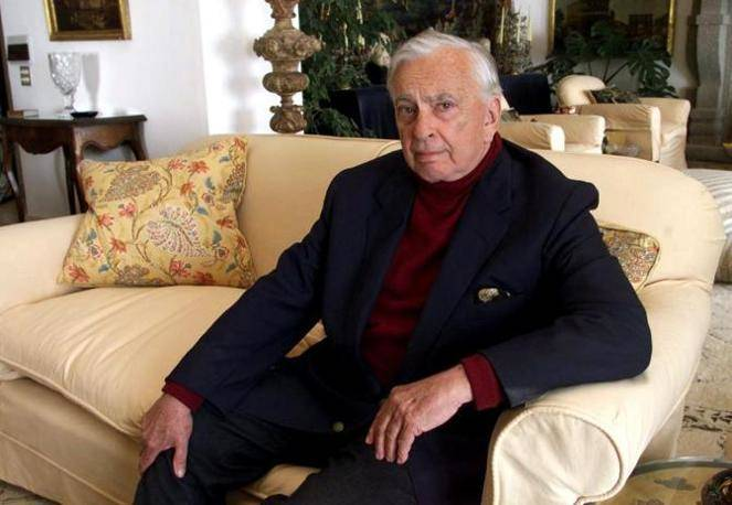 essays of gore vidal Gore vidal is noam chomsky with a sense of humor, and the thinking persons' michael moore these essays are a fascinating look at america, and a great read to boot.